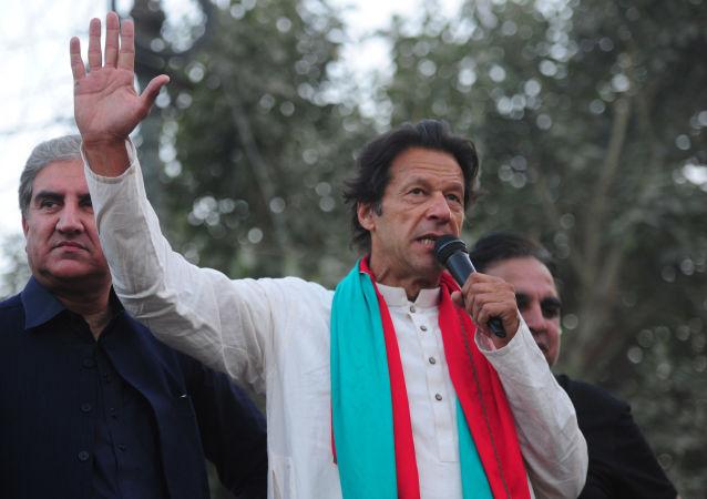 عمران خان: امیدواریم امکان سفر زمینی زائران پاکستانی به مشهد فراهم شود