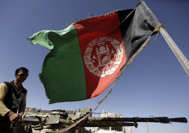 Солдат Национальной Армии Афганистана на фоне афганского флага