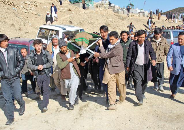 تابوتسازی، قبرکنی و مردهشویی شغلهای پر رونق در افغانستان