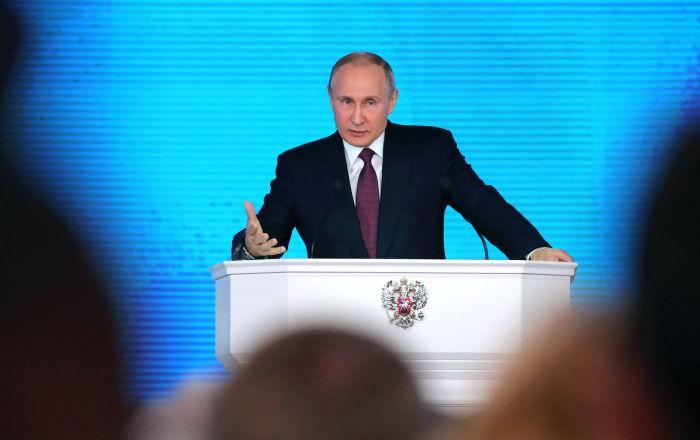 ولادیمیر پوتین در جریان سخرانی در جلسه فدارلی روسیه