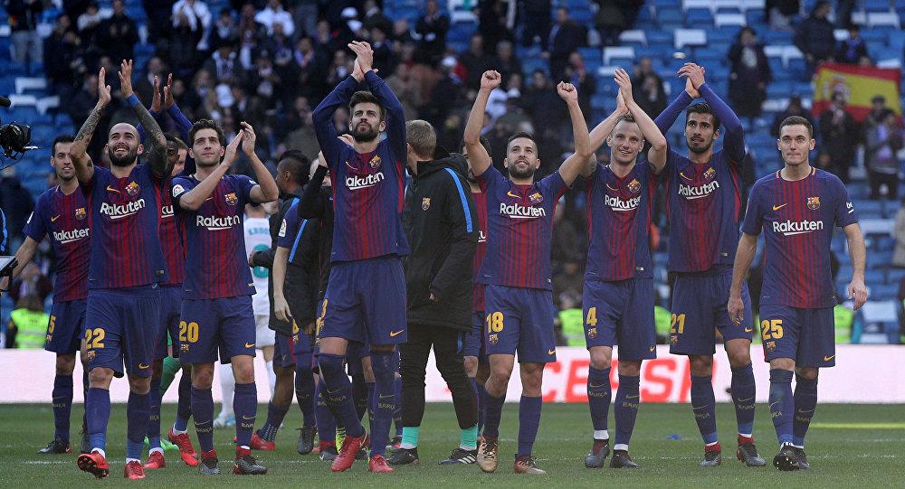 Soccer Football - La Liga Santander - Real Madrid vs FC Barcelona - Santiago Bernabeu, Madrid, Spain - December 23, 2017 Barcelona's Gerard Pique and team mates applaud the fans at the end of the match