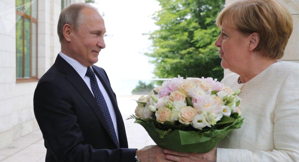 دسته گل  پوتین به مرکل.