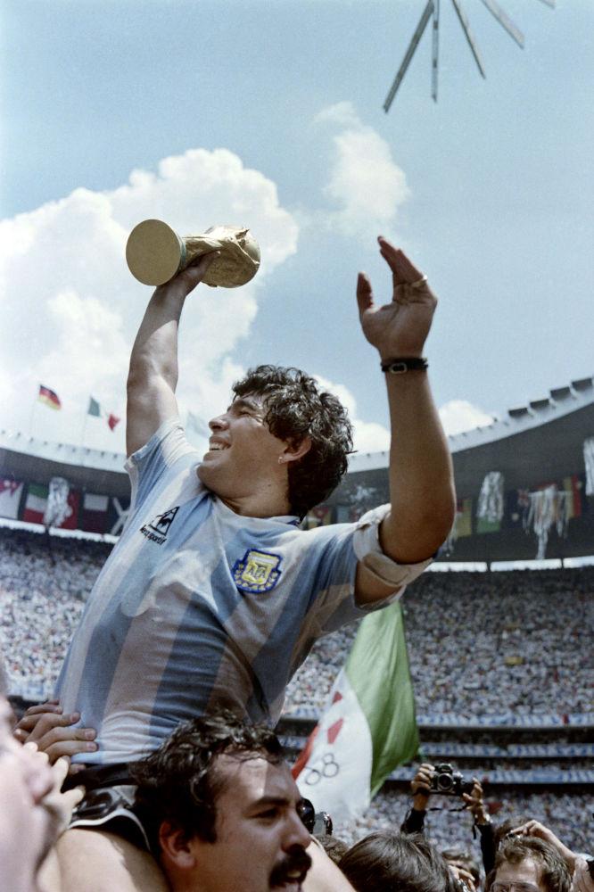 مارادونا پس از پیروزی ارجنتاین در جام جهانی ۱۹۸۶