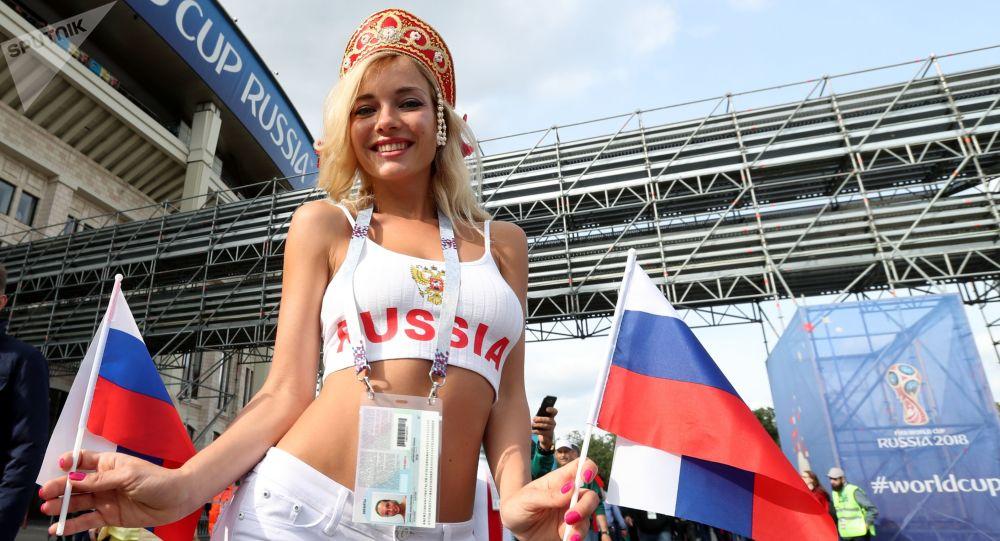 قیافه ظاهری متفاوت  دختران طرفدار فوتبال روسیه و عربستان سعودی + عکس