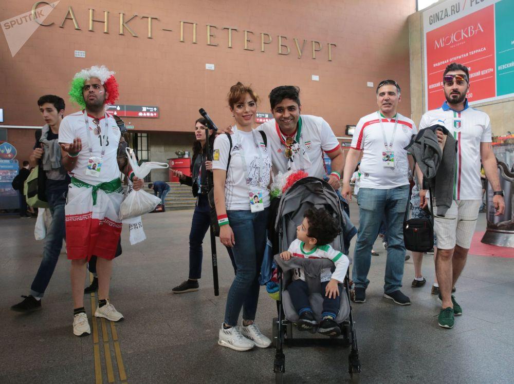 هواداران تیم ملی ایران در ایستگاه ریل «مسکوفسکی» - شهر سن پترزبورگ، روسیه