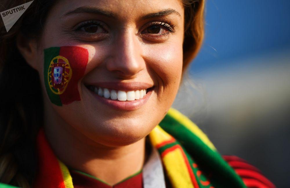 هوادار تیم ملی فوتبال پرتغال قبل از شروع مسابقه مرحله گروهی میان تیمهای ملی فوتبال پرتغال و اسپانیا