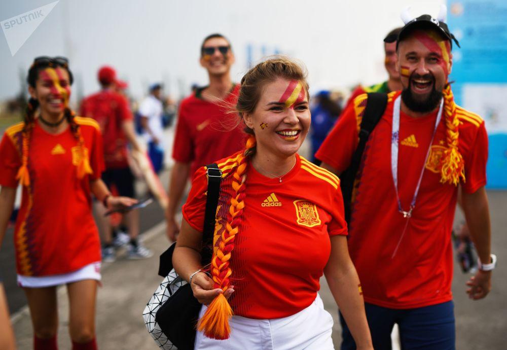 هواداران تیم ملی فوتبال اسپانیا قبل از شروع مسابقه مرحله گروهی میان تیمهای ملی فوتبال پرتغال و اسپانیا