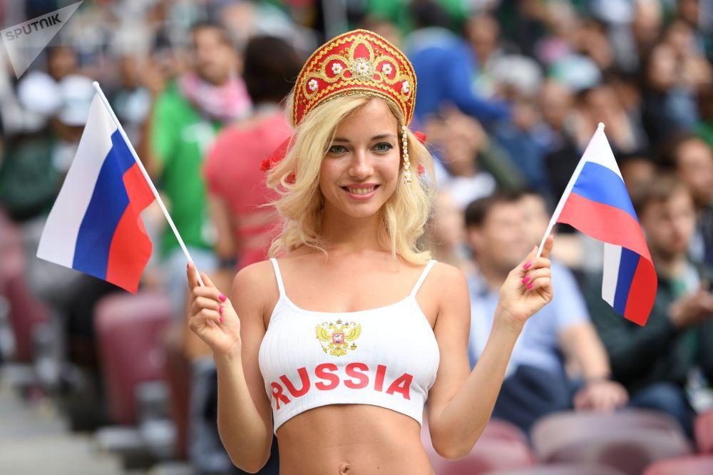 هوادار تیم ملی فوتبال روسیه قبل از شروع مسابقه مرحله گروهی جام جهانی فوتبال میان تیمهای ملی فوتبال روسیه و عربستان سعودی