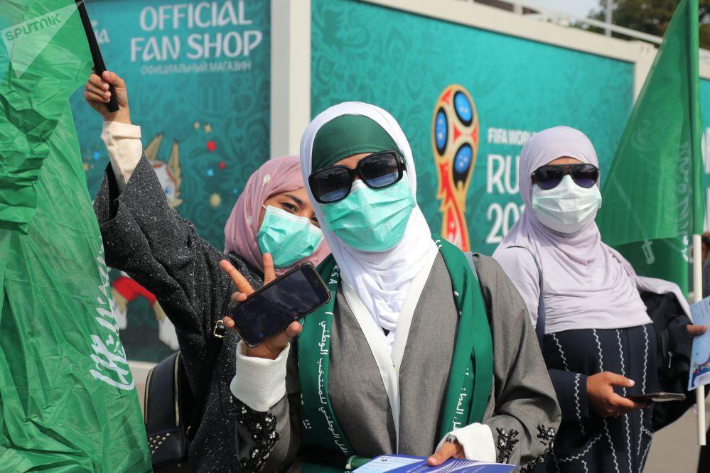 هواداران تیم ملی فوتبال عربستان سعودی قبل از شروع مسابقه مرحله گروهی جام جهانی فوتبال میان تیمهای ملی فوتبال روسیه و عربستان سعودی