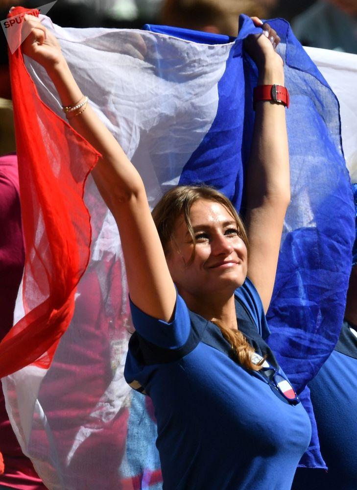 هوادار تیم ملی فوتبال فرانسه قبل از شروع مسابقه مرحله گروهی میان تیمهای ملی فوتبال فرانسه و استرالیا