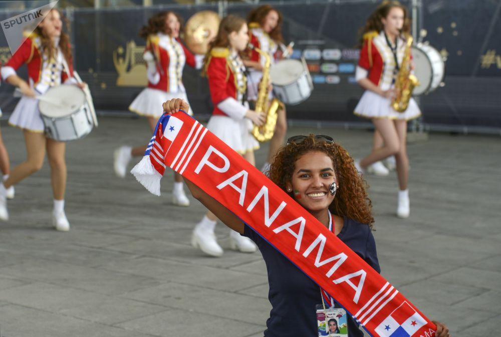 هوادار تیم ملی پاناما قبل از شروع مسابقه مرحله گروهی جام جهانی بین تیم های ملی مراکش و ایران در ورزشگاه سنت پترزبورگ