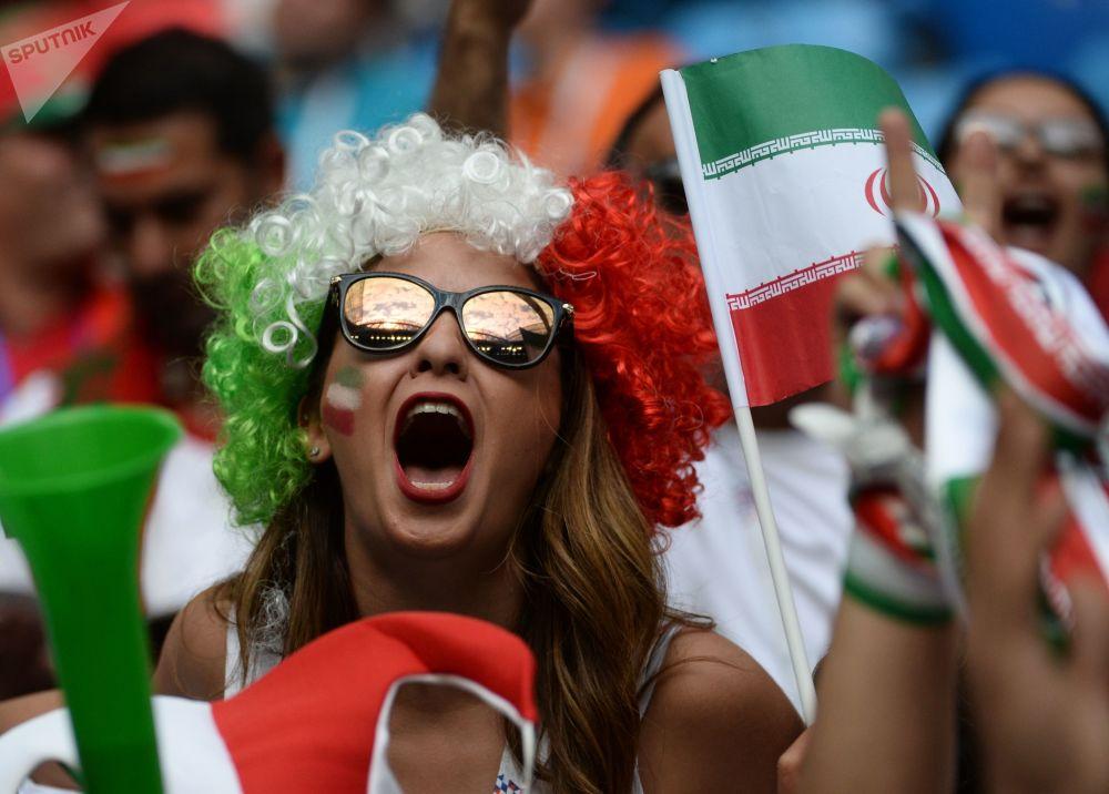 هوادار  تیم ملی ایران قبل از شروع مسابقه مرحله گروهی جام جهانی بین تیم های ملی مراکش و ایران در ورزشگاه سنت پترزبورگ