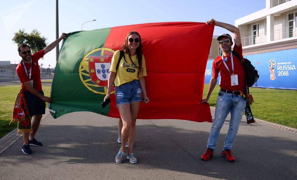 هواداران تیم ملی فوتبال پرتغال قبل از شروع مسابقه مرحله گروهی میان تیمهای ملی فوتبال پرتغال و اسپانیا