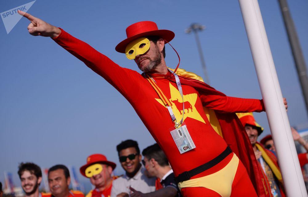 هوادار تیم ملی فوتبال اسپانیا قبل ازز آغاز بازی تیم های اسپانیا و پرتگال