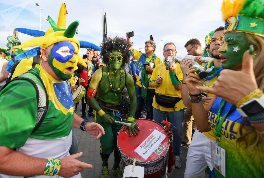 هواداران تیم ملی برزیل قبل از آغاز بازی تیم های برزیل و سوئیس