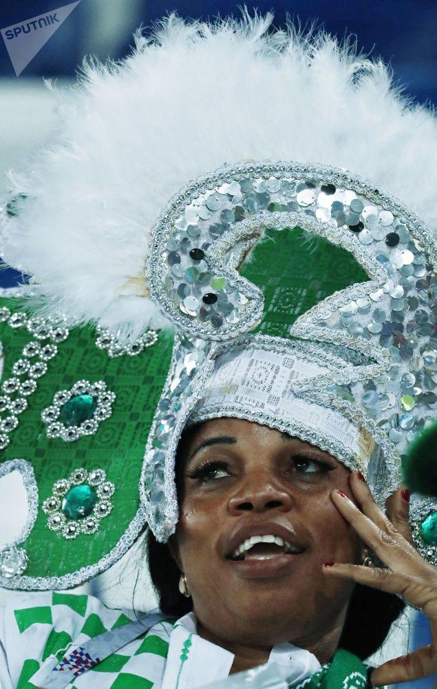 هوادار تیم ملی فوتبال نیجریه قبل از بازی تیم های نیجریه و کرواسی