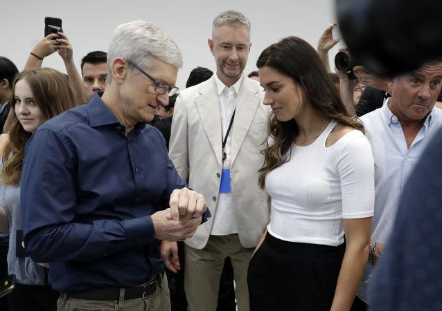مدیر عامل شرکت تیم کوک و فوتبالیست الکس مورگان، در مراسم رونمایی از محصولات جدید اپل