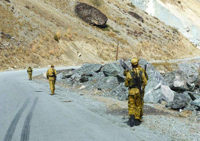 عقب نشینی بیش از 300 سرباز افغانستان به تاجیکستان