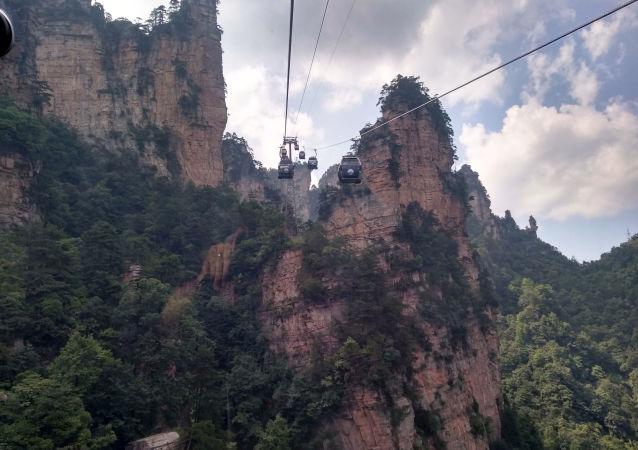 راه طنابی بر بالای کوه تیانمین در چین