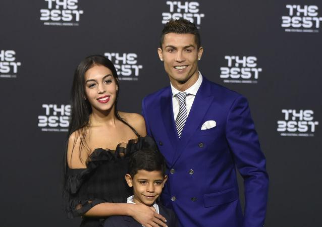 کریستیانو رونالدو همراه با همسرش و پسرش کریستیانو رونالدوی کوچک