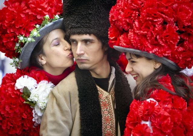 جوان رومانیایی با دختران گلپوش در شهر بخارست، رومانی