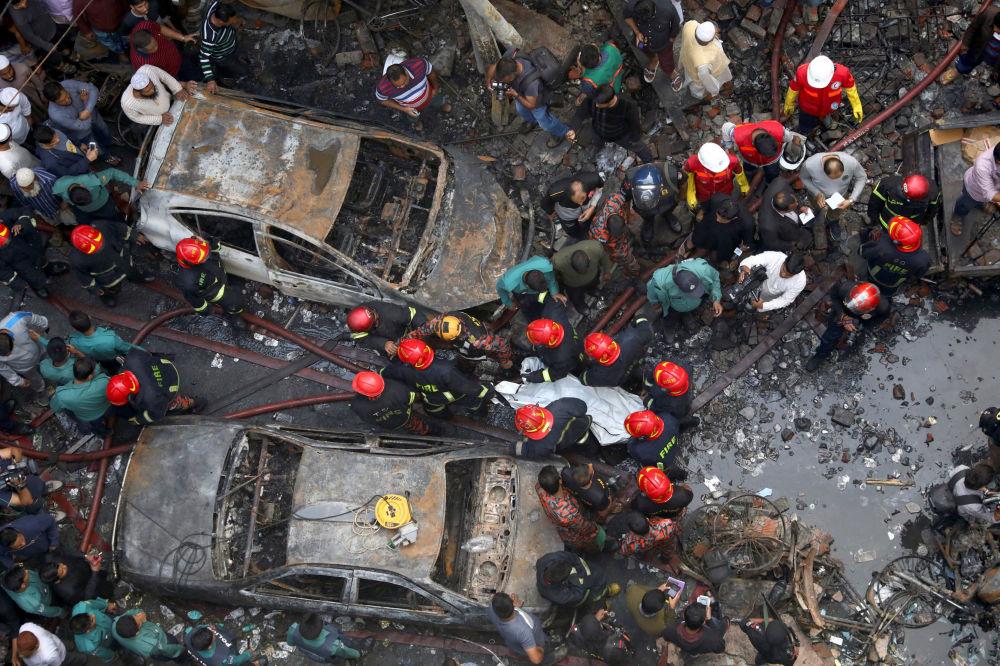 پیامد آتش سوزی  یک انبار در داکا، بنگلادش