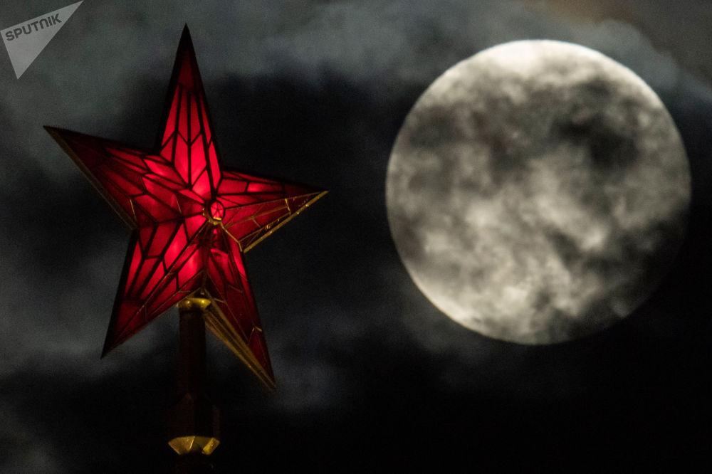 سوپر مهتاب در آسمان شهر مسکو