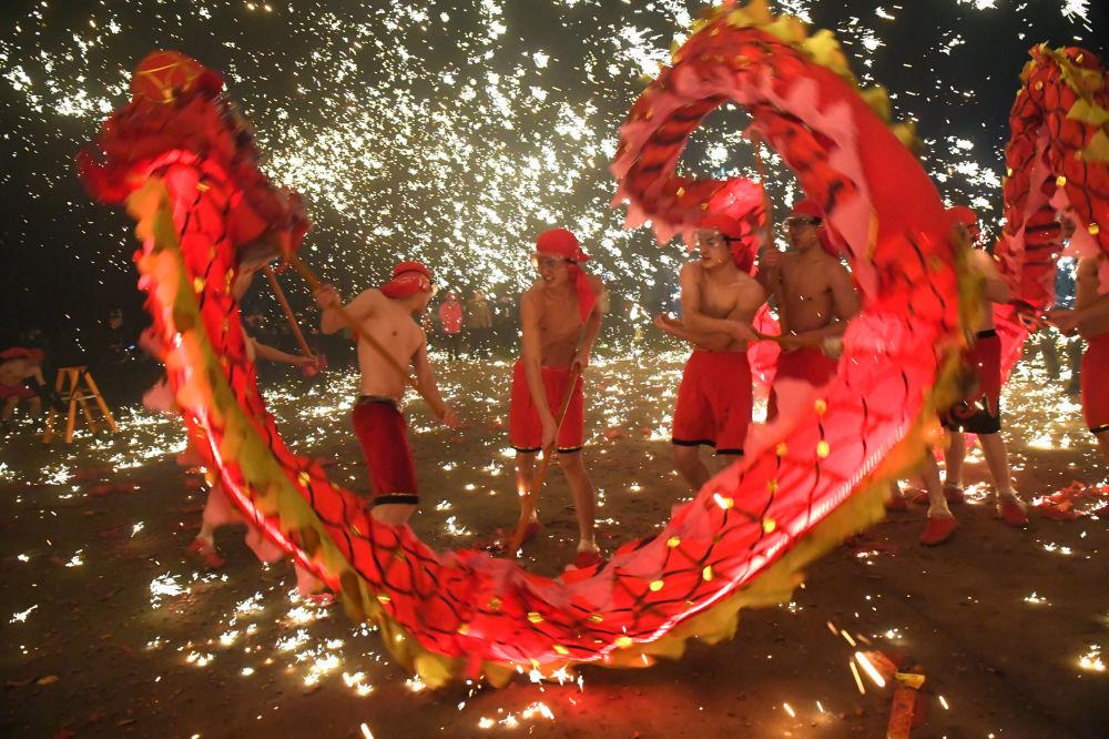 اجرای رقص اژدها در جشن فانوس – چین