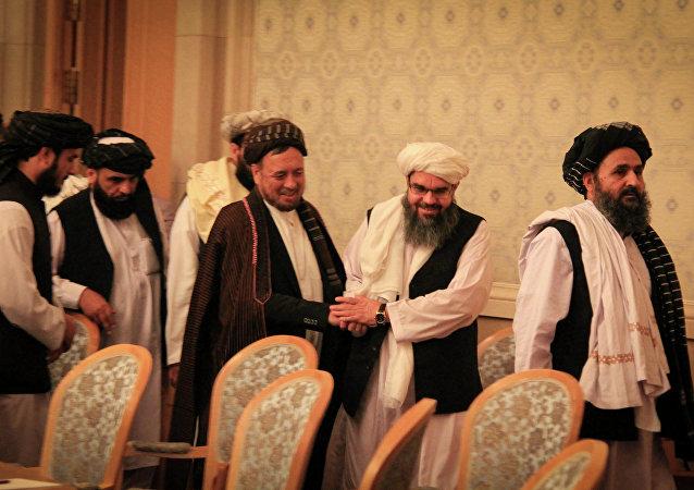 محمد محقق همراه با هیئت طالبان در دومین نشست بینالافغانی در مسکو