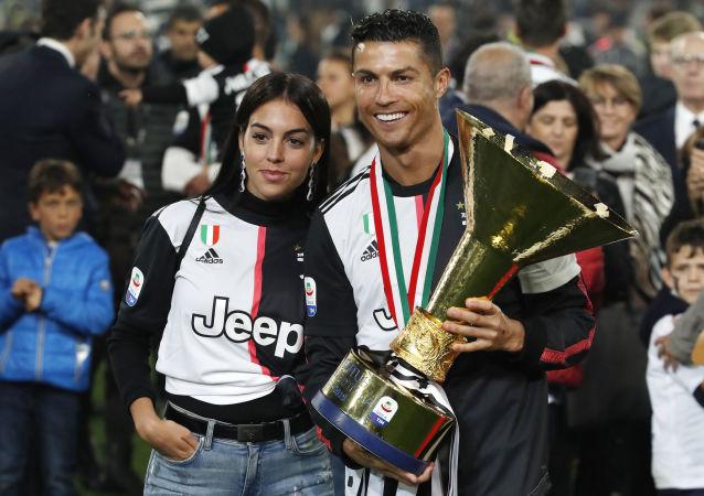 Cristiano Ronaldo sostiene el trofeo de la Serie A de fútbol