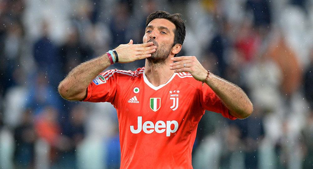 Soccer Football - Serie A - Juventus vs Sampdoria - Allianz Stadium, Turin, Italy - April 15, 2018 Juventus' Gianluigi Buffon gestures to the fans at the end of the match
