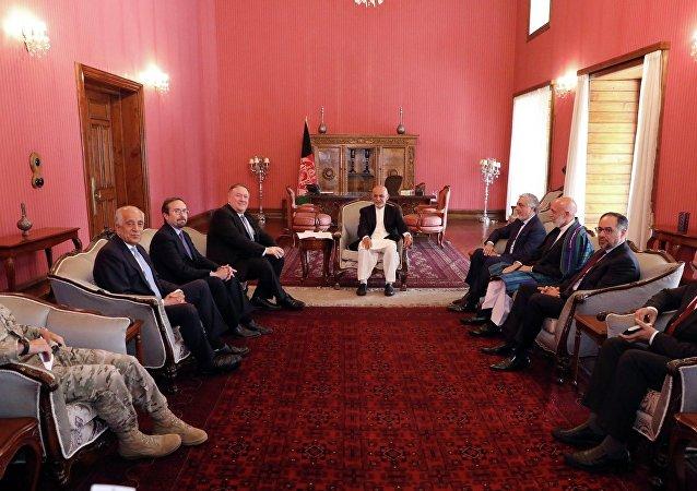 دیدار مایک پامپئو، وزیر خارجه امریکا با رئيس جمهور غنی، عبدالله عبدالله و حامد کرزی در کابل