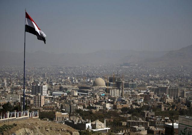 حمله هوایی ائتلاف عربی بر پایگاه حوثیها در نزدیکی میدان هوایی پایتخت یمن
