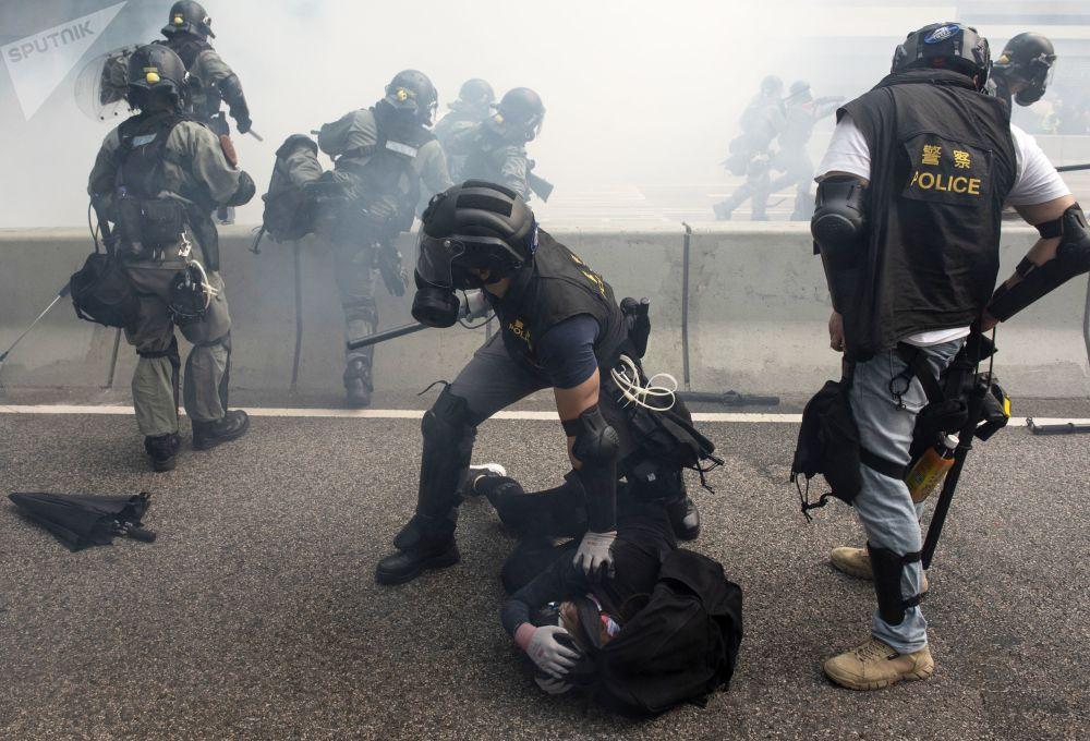 بازداشت معترزین توسط پولیس هانکانگ