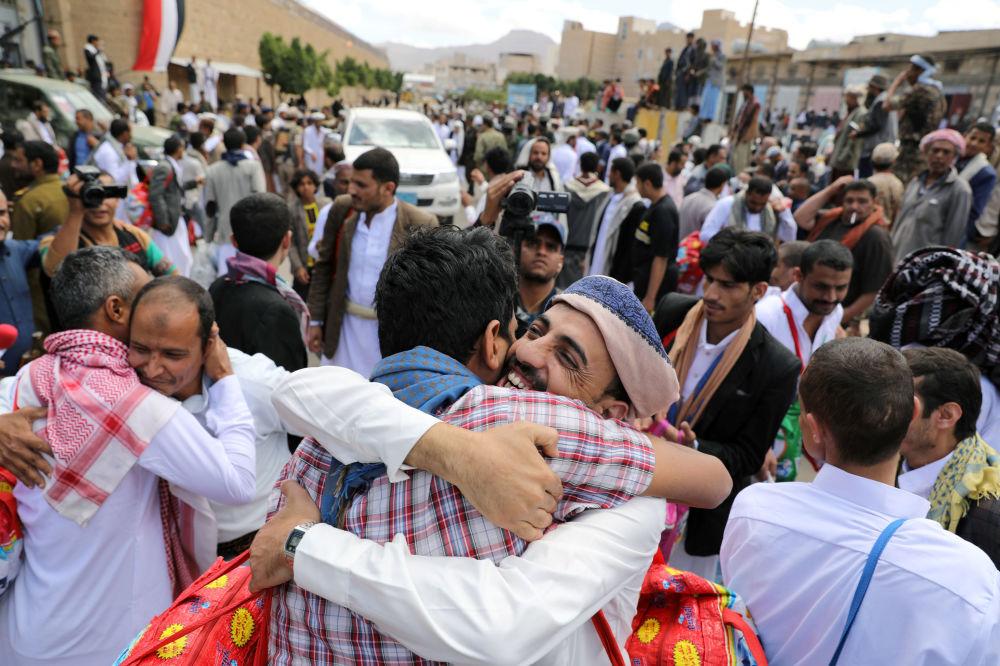 خوشحالی زندانیهای آزاد شده در یمین با دوستان