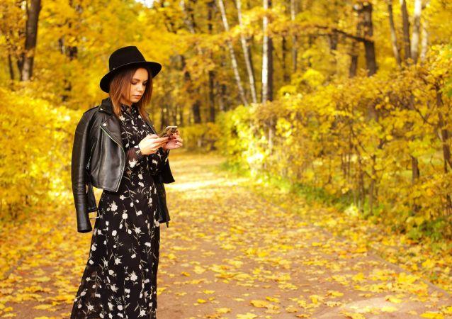 بانوی در حال قدم زدن در محوطه قصر کوسکووا - مسکو