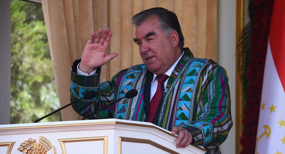 رئیس جمهور تاجیکستان در رژه نظامی در مرز افغانستان شرکت کرد