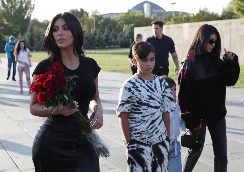 کیم کارداشیان برای آتش جاودان در مجموعه یادبود« تسیتسرناکابرد» گل می برد