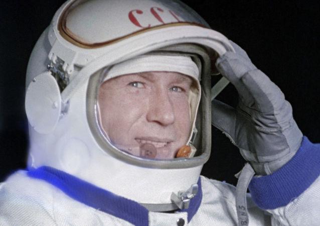 آلکسی لئونوف، پیلوت و فضانورد روس