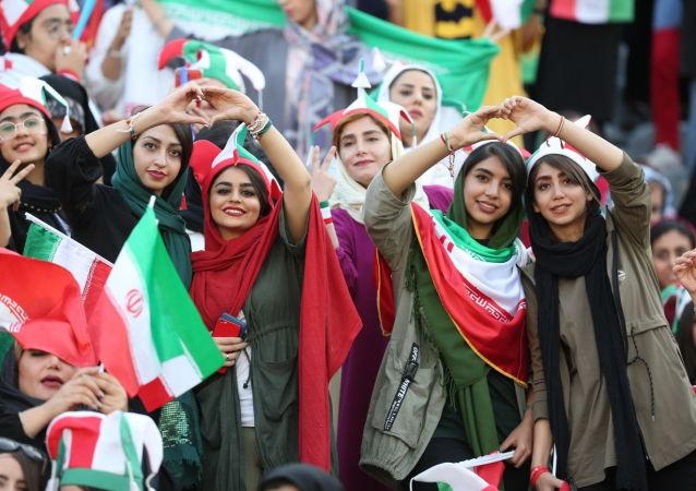 زنان ایرانی در حال تشویق تیم ملی کشورشان – استدیوم آزادی تهران