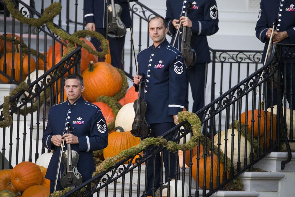 نوازندگان ارکستر نیروی هوایی امریکا در حال هنرنمایی در جشن هالووین در کاخ سفید.
