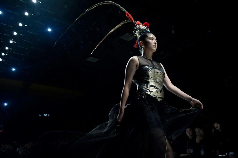 مُدل در حال نمایش لباس - هفته مُد چین