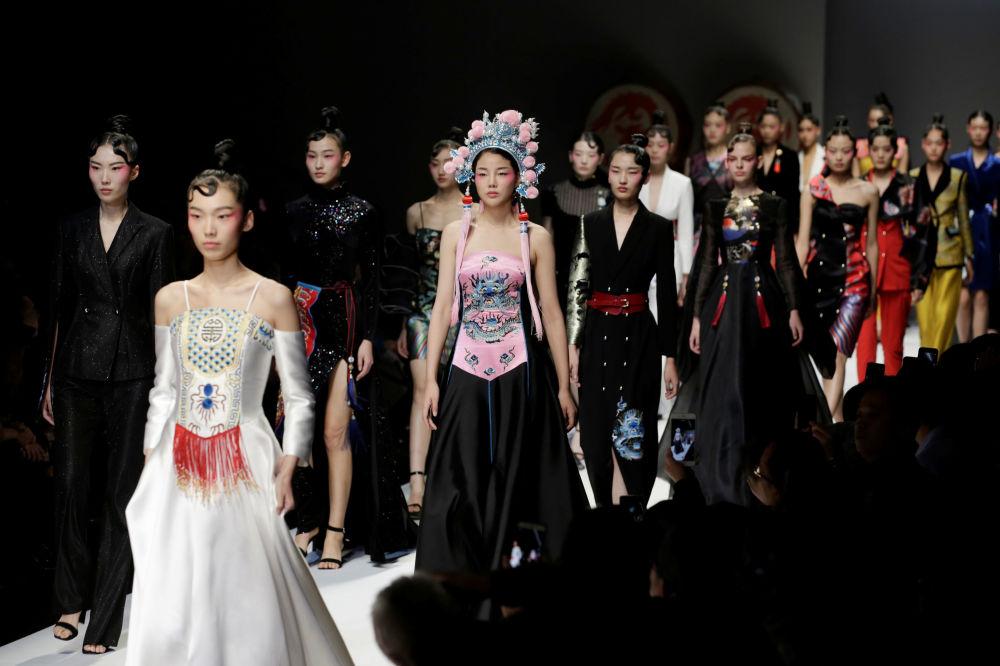 مُدلها در حال نمایش لباس - هفته مُد چین