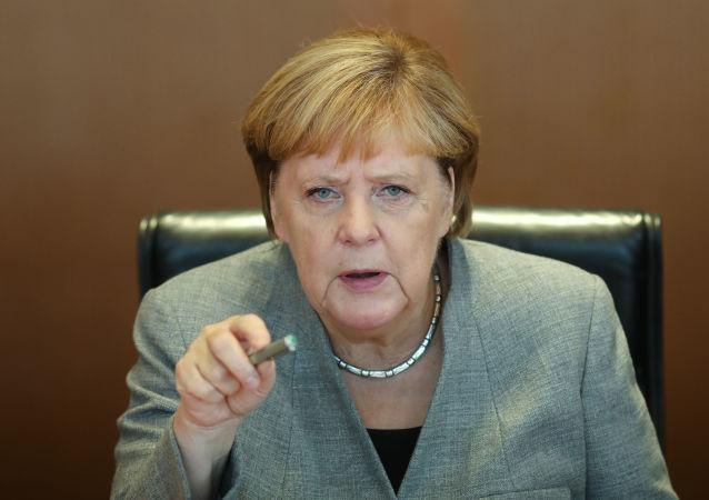 وزیر داخله آلمان از دستدادن با مرکل خودداری کرد + ویدیو