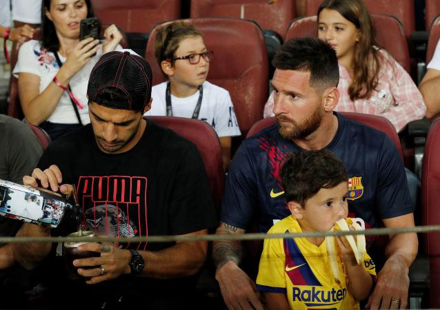 Luis Suárez, Leo Messi y Mateo Messi