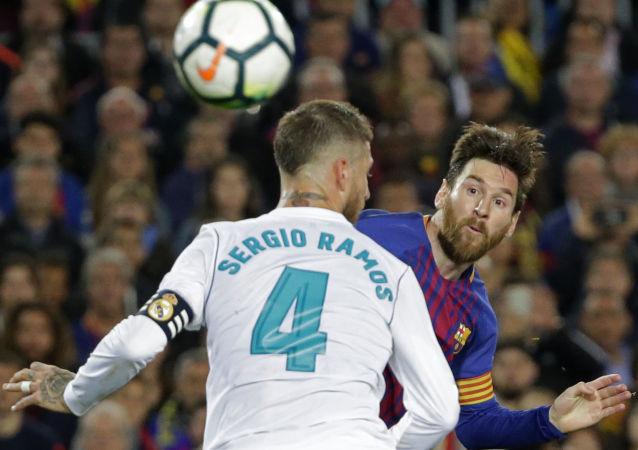 El capitán del Real Madrid, Sergio Ramos, y el capitán del Barcelona, Lionel Messi, durante 'El Clásico'