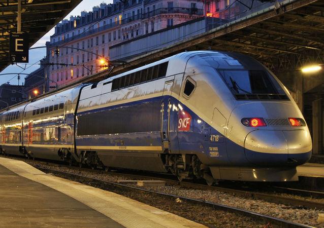 بیرونشدن قطار مسافربری در فرانسه از خط ریل