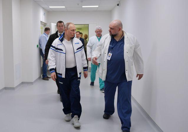 دیدار سرزده ای پوتین از درمانگاه بیماران کرونایی