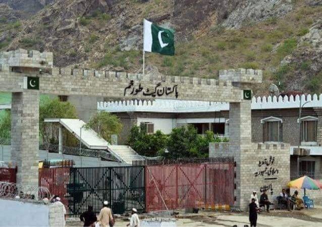 پاره کردن پرچم پاکستان در تورخم ازسوی طالبان؛ مجاهد میگوید افراد متهم بازداشت شدند