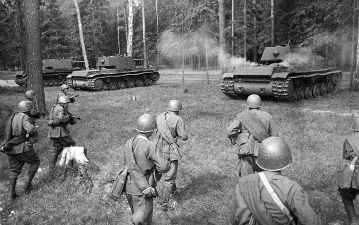 تانکهای سنگین شوروی ک و - ۱ در حال آمادگی برای حمله